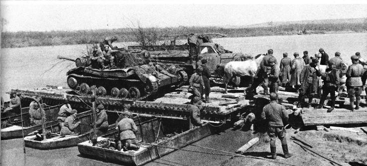 Советская техника на понтоне перед форсированием реки Прут. На понтоне видны советский танк английского производства «Валентайн» и грузовик американского производства «Студебеккер».