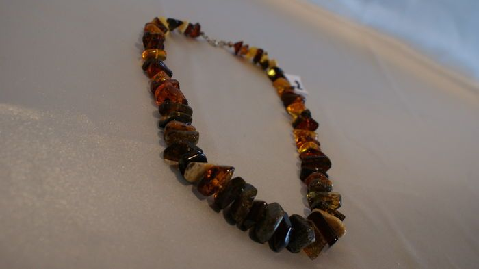 Halsketting geraffineerd charmant natuurlijk Baltisch barnsteen handgemaakt (certificaat) 5263 g  Beautiful original necklace for ladies of Kalsa fully made of Polish Baltic amber with a silver clasp attempt to 0925. On the necklace we issue a certificate of authenticity. As we know Baltic amber of over 40 million. years of operation has a relaxing and soothing and healing various ailments. size necklace length of 51 centimeters. Weight: 52.63 grams. Why buy from us? Because we are a company…