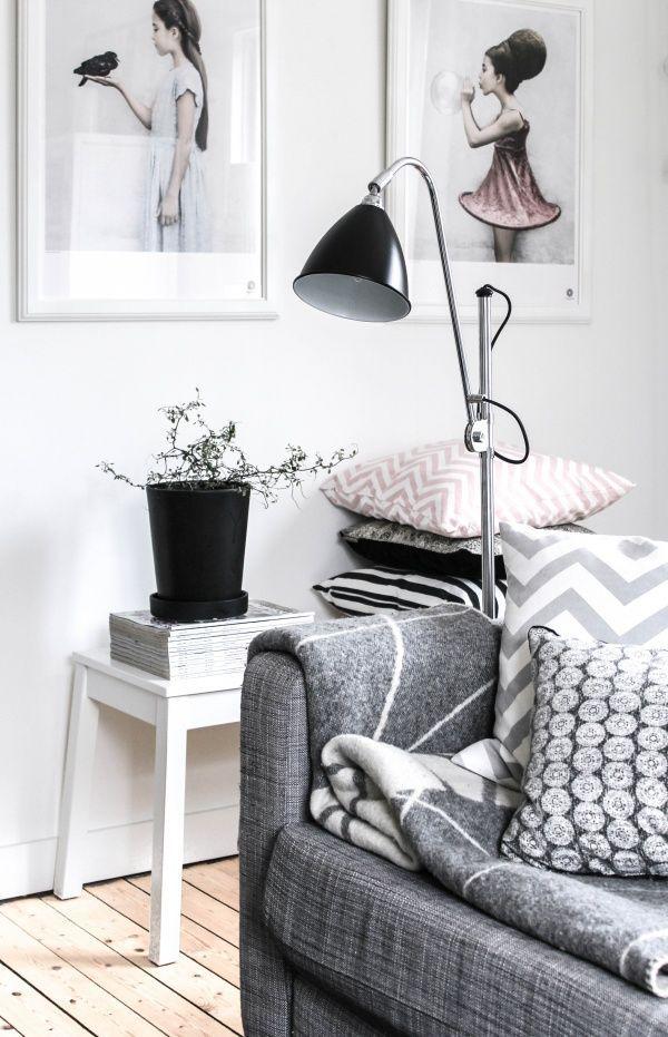 living salon stylisé et graphique avec des illustrations qui donnent un cachet à l'ensemble