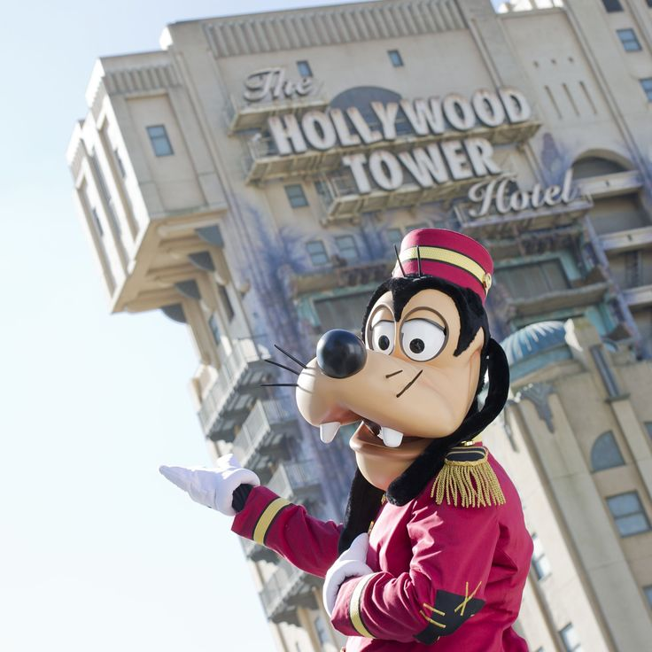 Goofy in front of the Tower of Terror - Disneyland Paris