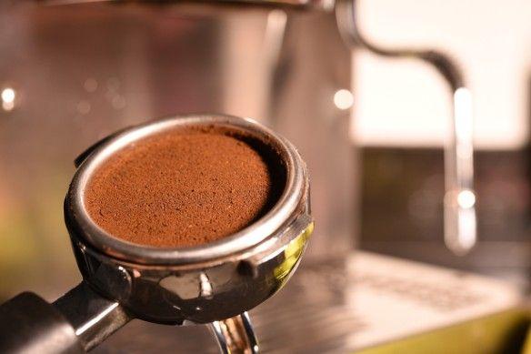 A legtöbb ember a lefőzés után egyszerűen kidobja a szemétbe a kávét, pedig nagyon jó szolgálatot tehet.