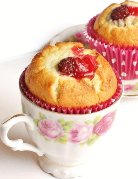 Muffins blir så mycket godare när den är fylld med en god kräm. Jag använde min halloncurd i detta fall, men vanlig lemon curd passar också bra till hallon, eller varför inte testa med blåbär eller…