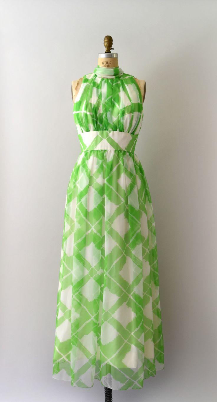 Vintage 1960s 1970s maxi jurk groen geruite chiffon lichaam, verzamelde bodice, tank schouder, ingerichte taille, volledige maxi rok, volledig gevoerd interieur, verborgen terug ritssluiting. Wordt geleverd met originele bijpassende sjaal.  ---M E EEN S U R E M E N T S---  Pasvorm/maat: S/M  Bust: 36 Taille: 27 Heupen: gratis Lengte: 59  Maker/merk: Felix Arbeo Staat: uitstekend  - - - - - - - - - - - - - - - - - - - - - - - - - -  Instagram: sweetbeefinds