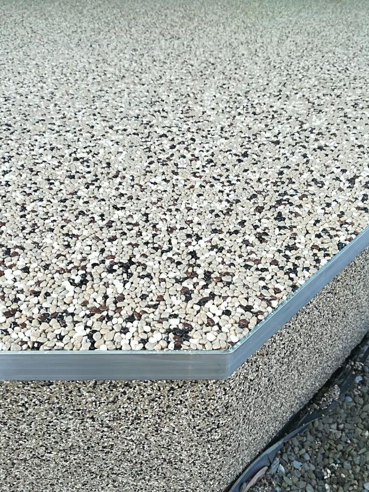 Detail ukončenia terasy. Vodorovná plocha zhotovená z frakcie 3-5mm. Zvislé z frakcie 1-1,6mm. #art4you #artpodlahy #kamennýkoberec #kamiennydywan #quartzstonecarpet