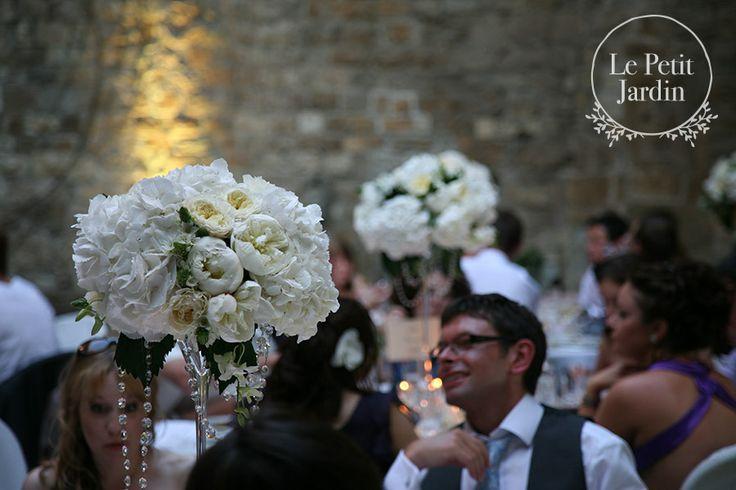 Alto centrotavola su vaso cocktail, molto elegante, con ortensie, peonie, rose inglesi e diamanti ricascanti dalla composizione, per un tocco glamour.