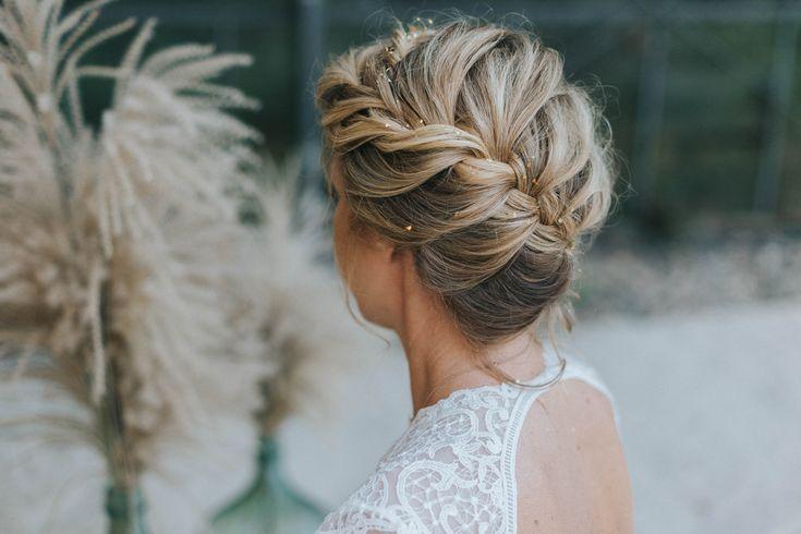 Haare hochgesteckt mit Zopf - Brautfrisuren 2018 für mittellange und lange Haare mit Glitter | Hochzeitsblog The Little Wedding Corner