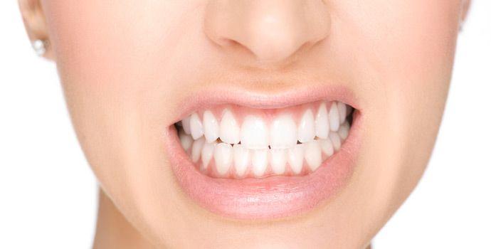 El bruxismo es una parafunción mandibular persistente que consiste en el frotamiento y rechinamiento dentario sin propósito funcional, produciendo el desgaste de las piezas.  El comportamiento bruxópata supone una hiperactividad de algunos músculos maseteros y temporales que puede conducir a la hipertensión de los músculos de la nuca y el cuello. La consecuencia más inmediata de todo ello es el dolor facial e incluso problemas en las cervicales y en la espalda.