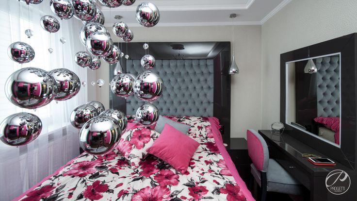 Apartament w Łomiankach Sypialnia w kolorze czerni i bieli. Barwne dodatki łagodzą  kolorystyczny ascetyzm. Łóżko, toaletka, krzesło, nowoczesna pikowana narzuta wykonane zostały wg. projektu na indywidualne zamówienie. Progetti Architektura
