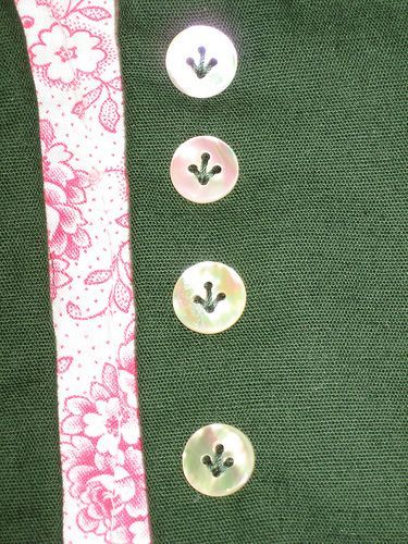 Cute way to sew buttons! This is from a dirndl tutorial~