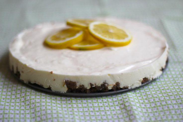We hebben een heel lekker en simpel recept voor citroenkwarktaart! Binnen 15 tot 20 minuten heb je de taart gemaakt en dan een paar uur in de koelkast!