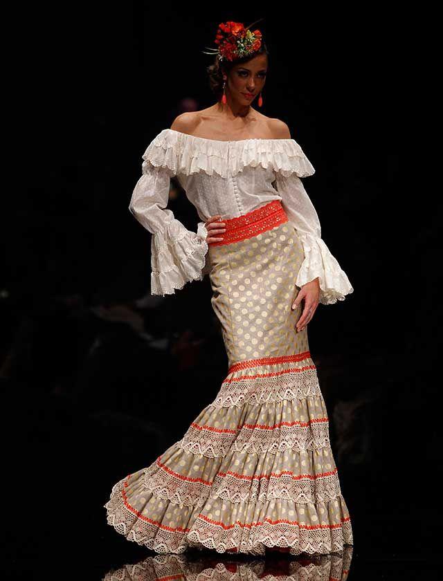 La diseñadora lituana ha presentado «La vida es bella», una colección con blusas muy vaporosas, faldas y vestidos de nejas abiertas y canasteros de talle alto y corte sirena. (Foto: Raúl Doblado)