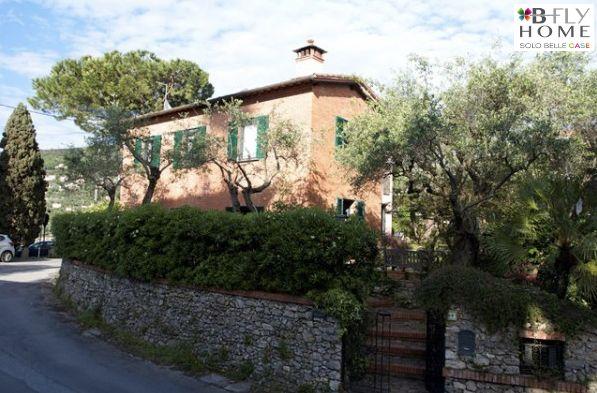 Proponiamo a Lerici, La Spezia, sul caratteristico promontorio di Maralunga, villetta di 170mq circa su due piani all'interno di una proprietà di oltre 1000mq. La villa vanta un affascinante giardino sul retro, che offre una discreta privacy a tutte le ore del giorno. In vendita a €1.850.000.