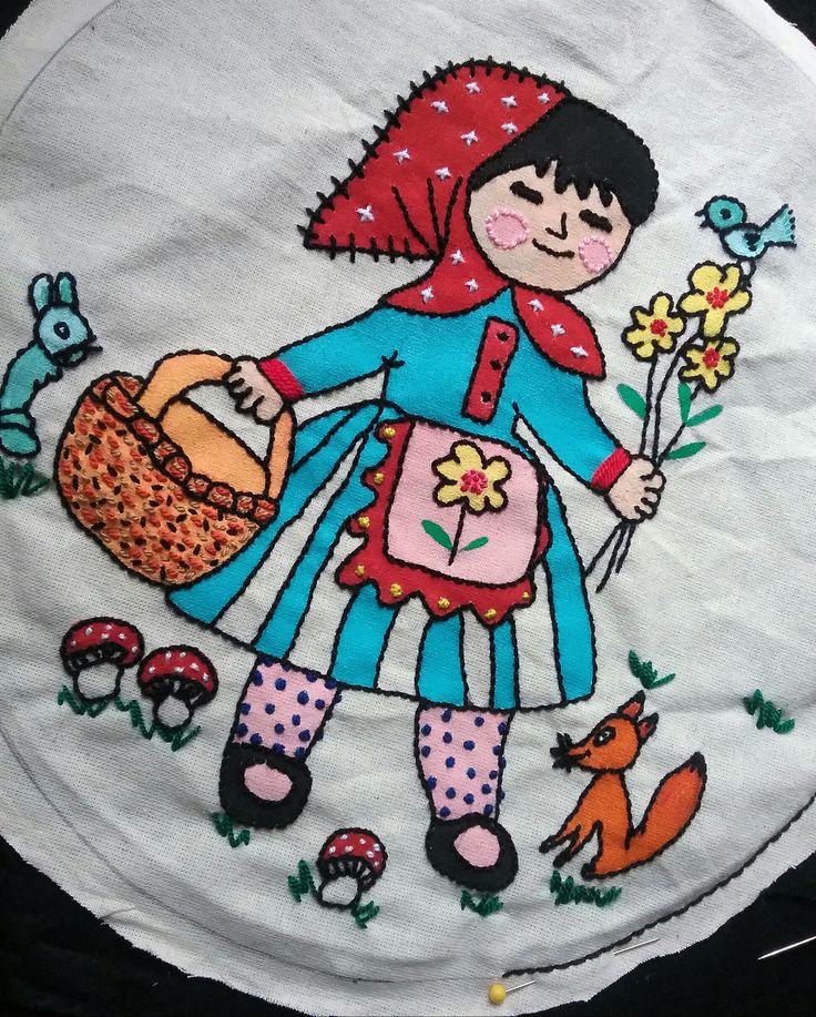 Caperucita roja bordada y pintada a mano. Dibujo tomado de una ilustración infantil.