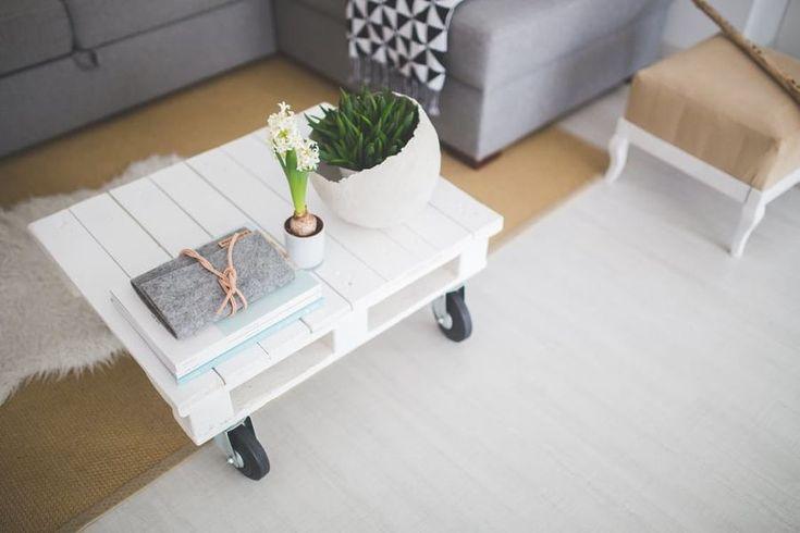 Esta mesa de centro de color blanco posee un estilo shabby chic que añade un toque vintage a un interior.