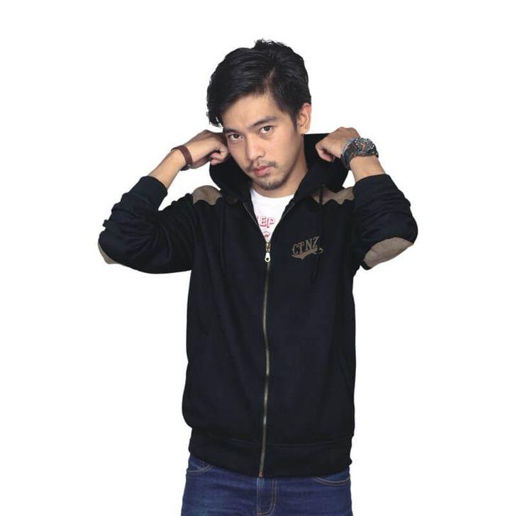 Jaket / Sweater Hoodie Pria - TJ 015. Produk fashion handmade asal Bandung dengan bahan nyaman digunakan, desain trendy dan tidak pasaran. Membuat tampil percaya diri.  Detail Produk:   Ukuran: S - XL  Bahan: FLEECE  Warna: HITAM  Yuk di order, belanja lebih hemat   #Catenzo #Jaket & Sweater