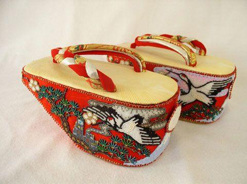 Pokkuri- Geleneksel Japon terliklerinden biridir. Düğünlerde, dini törenlerde giyilir. Kadınların giymiş olduğu topuklu ayakkabıların, Japon versiyonu diyebiliriz. Topuk kısımlarında kendine özgü işlemeler yer almaktadır.