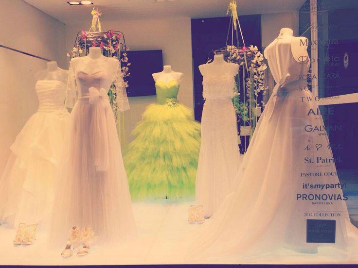 Bianco e verde in vetrina!!  @pastorecouture #abitidasposa #atelier #danielasposa #mirano Www.danielasposa.it