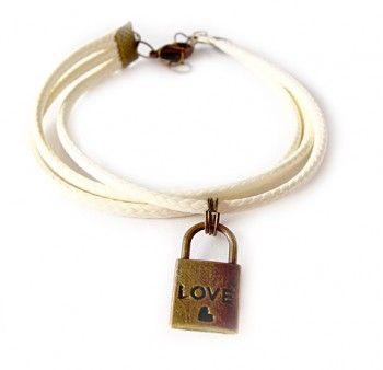 """Bransoletka damska z woskowanego sznurka w kolorze waniliowym z zawieszką w kształcie kłódki z napisem """"love"""" i serduszkiem."""