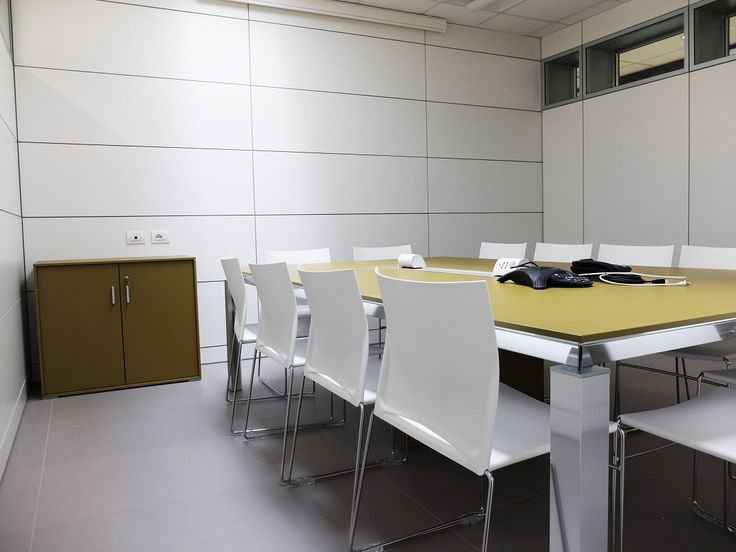 Meeting Table Model HEAT Yellow Glass and Metal Structure - Chairs Model AIR White - Aluminium Flip top