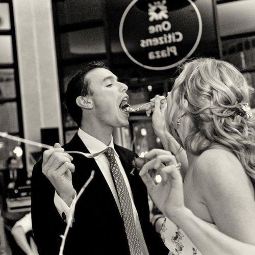 フォトジェニック!ウェディングのファーストバイトの写真は結婚式の大切な思い出。記念に残したいブライダルフォトの一覧をまとめました♪