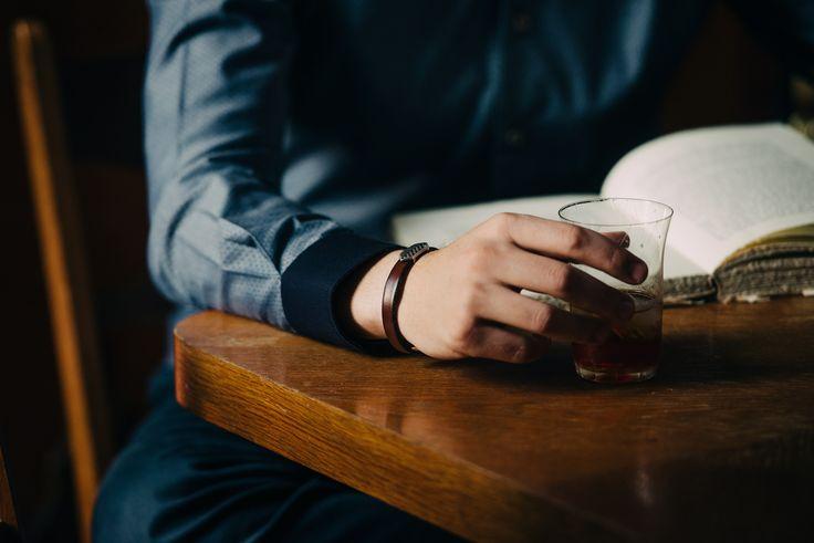 Τρικολίνα Ιταλίας σχέδιο λαχούρι. Γαρνιτούρα στην μανσέτα (εξωτερικά) Αξεσουάρ δερμάτινα βραχιόλια με μαγνητικά κουμπώματα.