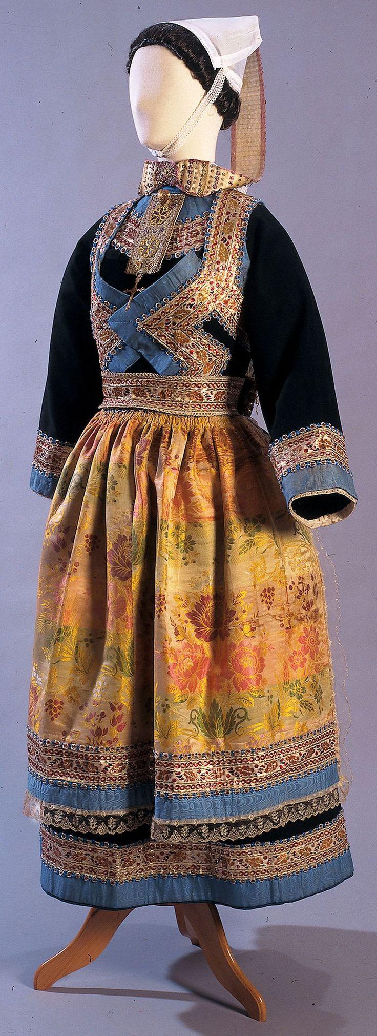 Mariée du Juch La mode ''borledenn'', de Quimper, s'étend jusqu'au Juch, où les femmes ont pu porter ce genre de costume pour leur mariage vers les années 1890.
