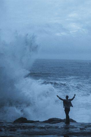وانت تفتح يديك للعاصفة ..لن تكترث لصفير الرياح ..