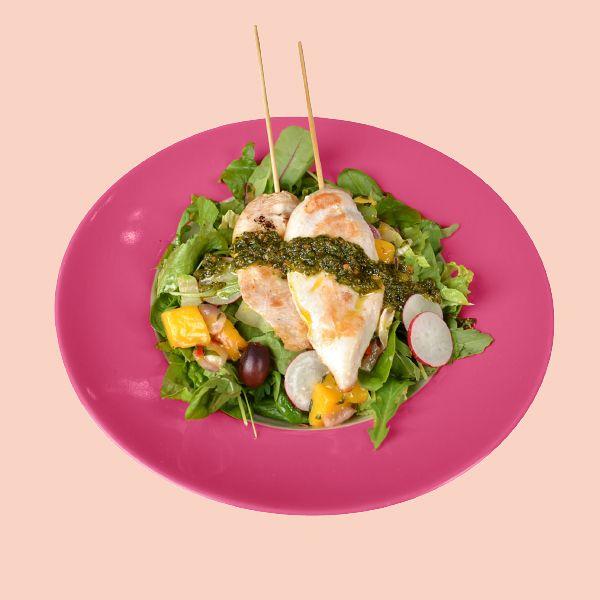Chicken Salad 10 €, norm. 15,90 €. Broilerivartaita, salaattia, retiisiä, kirsikkatomaattia, viinirypäleitä, mangosalsaa, chimichurrikastiketta ja sitruunaruohovinaigretteä. Memphis, E-taso.