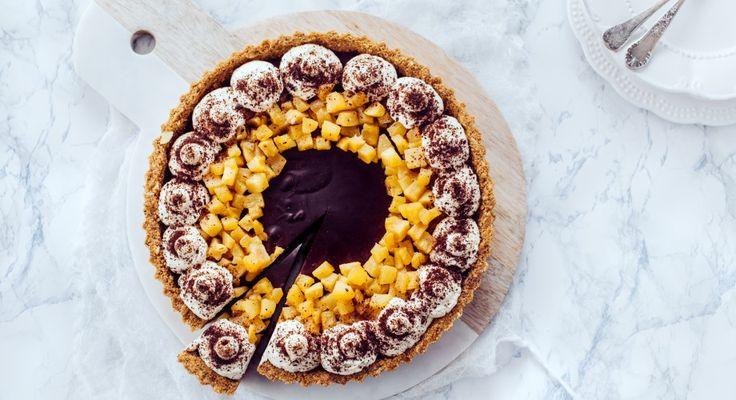 Gruszka zanurzona w gorzkiej czekoladzie na kruchej tarcie to propozycja, obok której nie sposób przejść obojętnie.