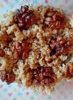 Tejbe quinoa dióval és juharsziruppal