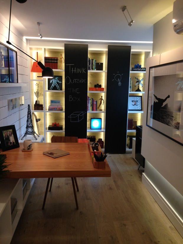 A iluminação indireta em nichos e prateleiras ajuda a destacar objetos, assim como nesse exemplo da Casa Cor Rio.