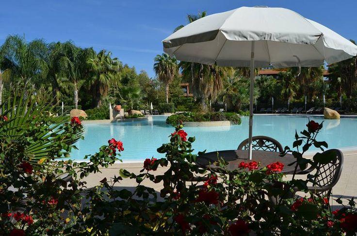 Voglia di estate e di un bel bagno rilassante in piscina! Scorci della piscina e del nostro giardino.  www.acaciaresort.eu