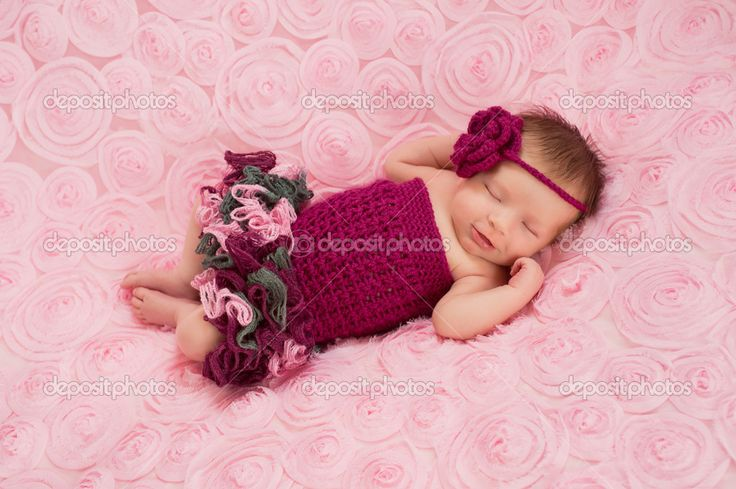 Спящая девушка новорожденного ребенка носить бордовые крючком заставку и комбинезон - Стоковое изображение: 25592619
