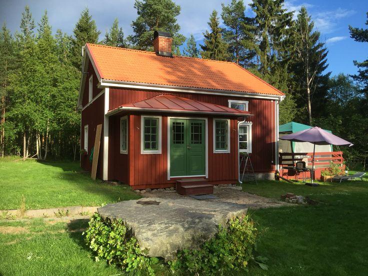 Boningshuset idag på Knaperbacken efter ny entré och takbyten. En ny trapp ska byggas och vi målar med linoljefärg hela sommaren.