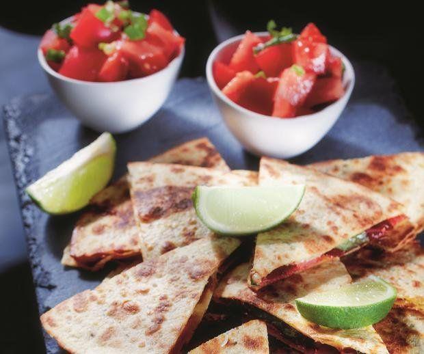 Quesadilla z chorizo, cheddarem i salsą pomidorową