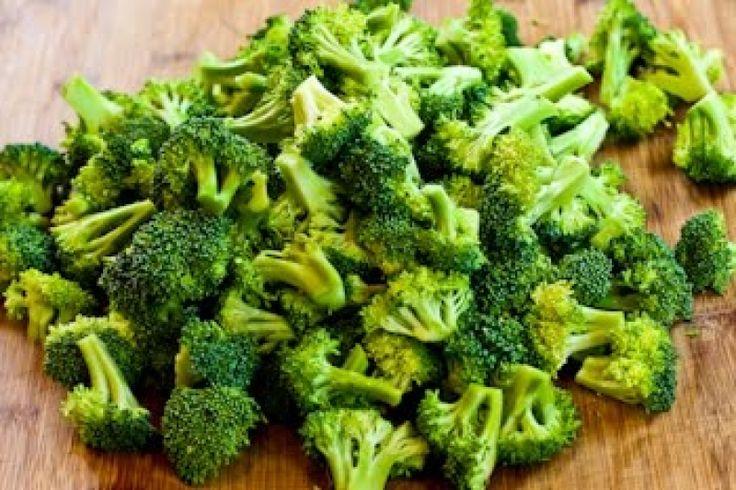 Opečená brokolice s česnekem, krok 2: Nakrájejte brokolici na menší růžičky. Oloupejte česnek a nakrájejte stroužky na poloviny (pokud jsou moc velké).