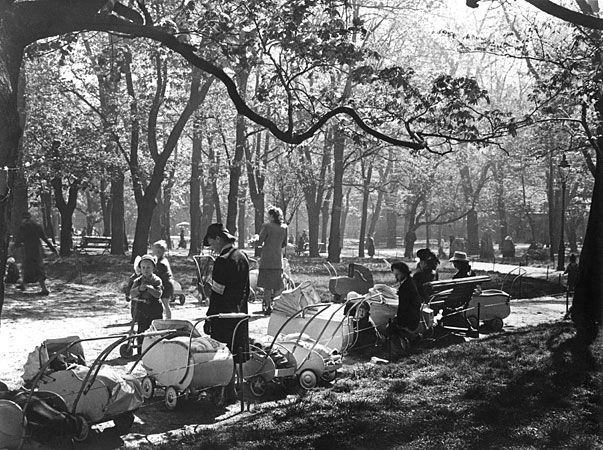 Spring in Vanha kirkkopuisto, Helsinki, Finlandin 1949. photo credit: Helsingin kaupunginmuseo