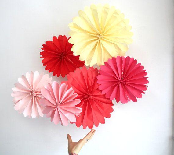 Geburtstag Party Dekoration...  12 Tissue-Papier Pomwheels... Wählen Sie Ihre Farben / / Hochzeiten Dekoration / / Braut Babyparty / / Valentinstag