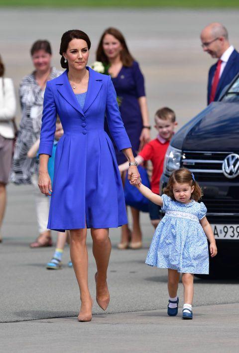 Al final de su viaje oficial a Polonia vimos a Kate en el aeropuerto con un look en azul de Catherine Walkermuy elegante y favorecedor. El azul también fue el color del look de su hija.