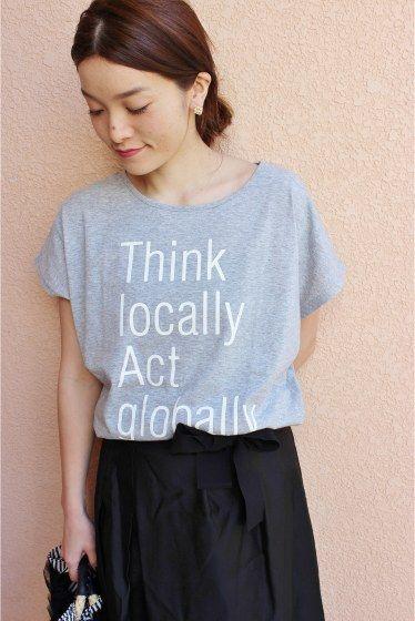 PUBLIK Think locally BIG T  PUBLIK Think locally BIG T 4644 2016SS LaTOTALITE 去年も人気だったPUBLIKのTシャツが今年も登場 シンプルデザインをベーシックなカラーで展開します リラックスしたスタイルに幅広く活躍します PUBLIK 福岡を拠点に主宰するプロジェクト 世界中のアートやデザインカルチャーをTシャツなどのデザインに落とし込みメッセージ性のこもったアイテムを展開 Publikの商品は海外の高感度ショップでも展開されています 同シリーズでコンパクトTシャツがございます 品番16070150000010 取り扱いについては商品についている品質表示でご確認ください 店頭及び屋外での撮影画像は光の当たり具合で色味が違って見える場合があります 商品の色味はスタジオ撮影の画像をご参照ください 屋外撮影 グレー着用スタッフ身長160cm 着用サイズ FREE スタジオ撮影 ホワイトブラックグレー着用モデル身長159cm 着用サイズFREE