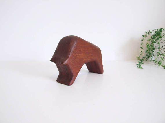 Mid Century Toro tallado en madera de teca // por tiendanordica