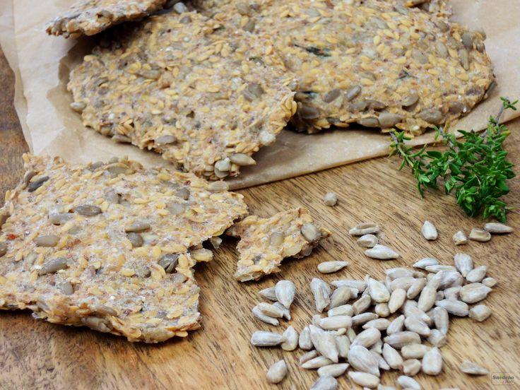 Raw chlebové placičky jsou křupavé po semínkách a mají velmi příjemnou chuť. Doporučuju těsto před sušením rozdělit a ochutit různými bylinkami.