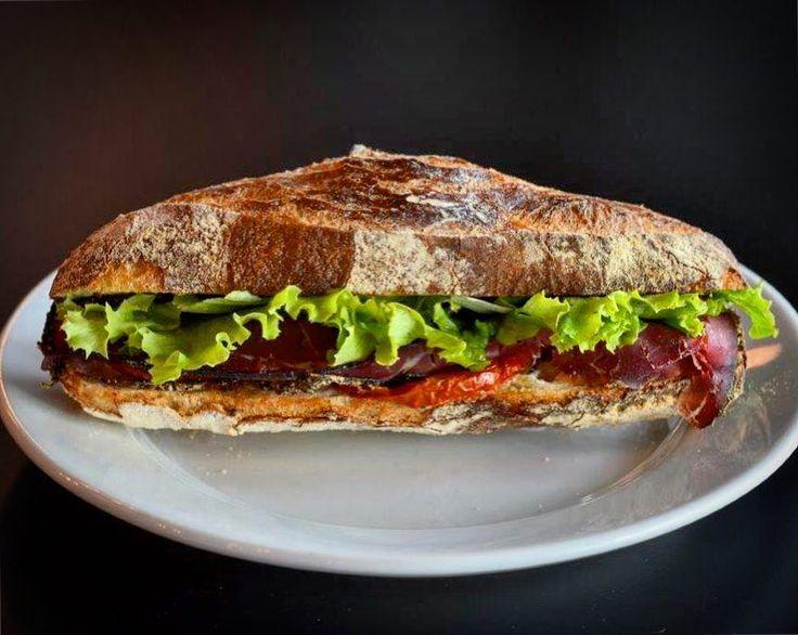 HUB ekşimaya küçük baget içinde kuru et mozzarella ve yeşillikler tereyağlı spreadlar arasında.  Çok iyi daha iyisi var mı? Samimi bilmiyoruz belki vardır ama biz denk gelmedik . Afiyet olsun.  #sandwich #sandviç #driedbeef #kuruet #levainbakery #ekşimaya #sourdough #mozzarellafiordilatte #yummy #delicious #foodie #hubistanbul #artisanalbread #levain #fastfoodslowcooked #adreamsandwich #adreamlunch