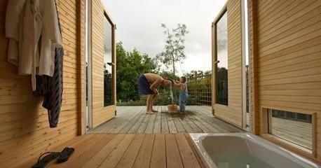På villatomten i Lomma har Vegar och Marie byggt ett eget badhus i trä: en vedeldad bastu med relaxrum, badkar och uteduschar. Allt som allt på 10 bygglovsbefriade kvadratmeter.