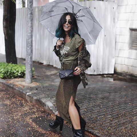 """Confesso que estava guardando essa foto pra um dia chuvoso em que a legenda seria algo do tipo """"Im singin´ in the rain"""" hahahah (sou cafona!), mas no caso to numa sessão de fotos que já troquei 80x de make e cabelo, então vamos ser felizzz com essa foto alegre na chuva pra arrumar o feed :) beijo tchau. - a bendita bota é @schutzoficial 🙌🏼🙌🏼🙌🏼💁🏻 #schutzonlinestore ph: @hugobarbieri"""