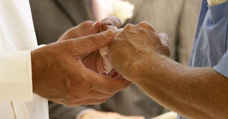 El significado del intercambio de anillos de bodas. Los anillos de bodas, o alianzas, simbolizan compromiso y amor para toda la vida. Estos símbolos se intercambian en las bodas y se siguen utilizando en las ceremonias actuales. Están llenos de tradición y simbolismo, a los que han adquirido durante miles de años. Sin embargo, el significado del acto de intercambiar estos objetos ha cambiado a lo ...