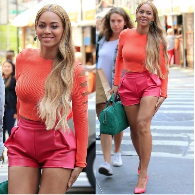 Beyoncé qui fa un color blocking di sicuro effetto accostando il colore corallo al magenta e spezzando il ritmo solo con la borsa verde brillante. Anche in questa circostanza vince la spontaneità della cantante vincitrice di 6 Grammy Awards.  -cosmopolitan.it