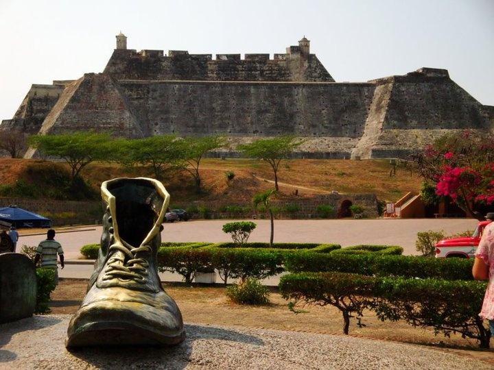 Escultura a LOS ZAPATOS VIEJOS. Al fondo: El Castillo de San Felipe. Cartagena…