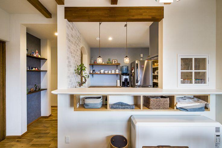 キッチンとダイニングの間には可愛い小窓を カウンター下には造作の