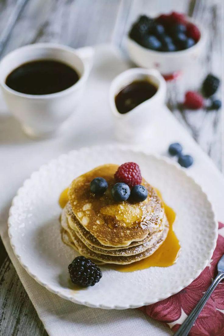 Pancakes senza glutine e latticini, guarniti con sciroppo d'acero e frutta fresca di Sonia Peronaci